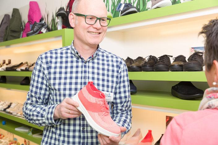Geschäftsführer Bernd Borgmann gibt eine individuelle Beratung über Aktivschuhe