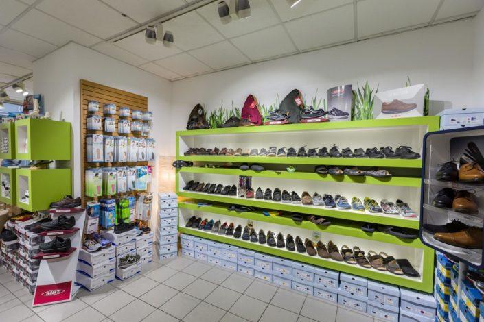 Regale mit Aktivschuhen, Arbeitsschuhen und Schuheinlagen aus hochwertigen Materialien