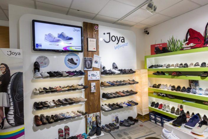 Regale mit Markenschuhe Joya im Laden