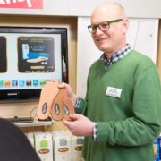 Geschäftsführer Bernd Borgmann berät eine Kundin über Schuheinlagen im Fachgeschäft