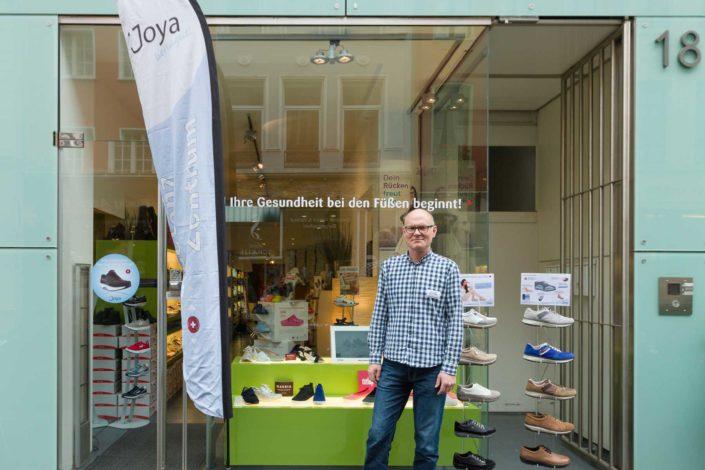 Geschäftsführer Bernd Borgmann steht vor der Footsolutions Filiale in Köln
